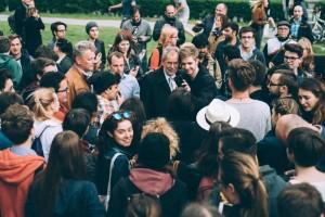 Alexander Van der Bellen (irgendwo in der Bildmitte zwischen den vielen Menschen) c Amélie Chapalain