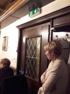 Stille Teilhaberin der Pressekonferenz nahe am Notausgang: die langjährige SP-Abgeordnete Gabi Schiessling