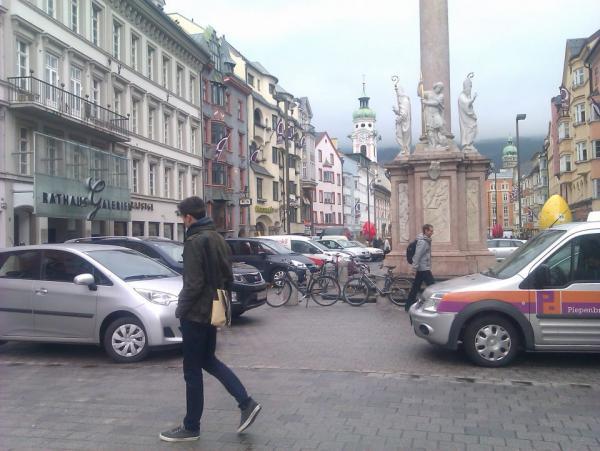 Maria-Theresien-Straße: Vollgeparkt und zugeblecht